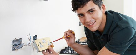 become a construction electrician